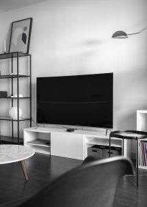Sala com uma televisão